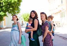 Porträt Treffens mit drei des jungen Müttern im Freien stockfotos