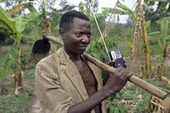 Porträt Ugandanlandwirt mit Hacke, portables Radio Stockbilder