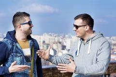 Porträt Unterhaltung mit zwei der schönen jungen Männern Stockfotos