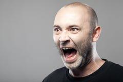 Porträt verärgerten Mann Sreamings lokalisiert auf grauem Hintergrund Stockfotos