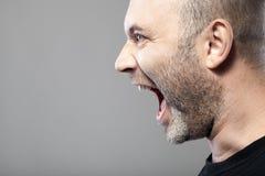 Porträt verärgerten Mann Sreamings lokalisiert auf grauem Hintergrund Lizenzfreies Stockfoto