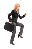 Porträt in voller Länge einer Geschäftsfrau mit einer Aktenkofferherstellung Stockfotos