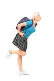 Porträt in voller Länge einer Studentin mit dem Schultaschegeben Stockbilder