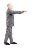 Porträt in voller Länge eines reifen Mannes in den sleepwalking Pyjamas Stockfotografie