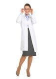 Lächelnde Oculistdoktorfrau in den Brillen stockfoto