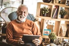 Porträt von älteren Geschäftsmännern Glücklich und erfüllt lizenzfreie stockfotos
