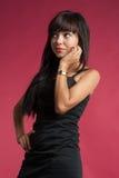 Porträt von überraschtem oben schauen der jungen Frau Stockfotografie