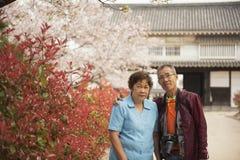 Porträt von asiatischem Mann und von Frau des älteren Paarältesten in japanischem g lizenzfreie stockbilder