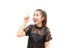 Porträt von Asien-Frau oben lächelnd und zeigend, lokalisiert stockbilder