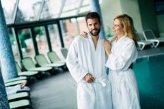 Porträt von attraktiven Paaren in der Badekurortmitte lizenzfreies stockbild