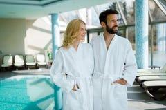 Porträt von attraktiven Paaren in der Badekurortmitte lizenzfreies stockfoto