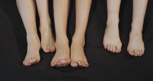 Portr?t von Beine der jungen Damen auf dem Bett, freundlich bewegend Geschossen auf rotem Epose stock video