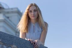 Porträt von blondem in der ärmellosen Bluse mit dem losen Haar lizenzfreie stockfotografie