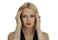 Porträt von blondem mit den roten Lippen und den Nägeln Stockbild