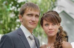 Porträt von Brautpaaren draußen stockbilder