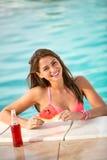 Porträt von Brunette mit Scheibe der Wassermelone im Pool Lizenzfreie Stockbilder