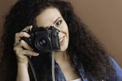 Porträt von Brunette Retro- Fotokamera halten stockfoto