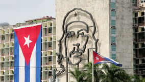 Porträt von Che Guevara- und Kubanerflagge stock video footage