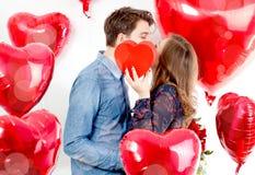 Porträt von cutte Frauen und Männern mit Ballonherzen Valentinsday lizenzfreie stockfotografie