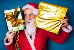 Porträt von dünner Santa Claus mit Weihnachtsgeschenken Glückliche Santa Claus hält Geschenkboxen Santa Cla stockbild
