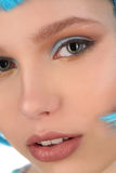 Porträt von Dame mit dem blauen Haar Abschluss oben Weißer Hintergrund Stockfoto