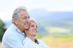 Porträt von den älteren Paaren, die in Richtung der Zukunft blicken Lizenzfreie Stockfotos