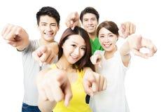 Porträt von den aufgeregten jungen Studentenleuten, die auf Sie zeigen Stockfoto