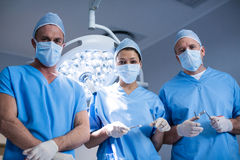 Porträt von den Chirurgen, die Raum des chirurgischen Instruments in Kraft halten Stockfotos