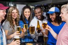 Porträt von den Freunden, die etwas trinken Lizenzfreies Stockbild