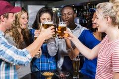 Porträt von den Freunden, die etwas trinken Stockfotografie