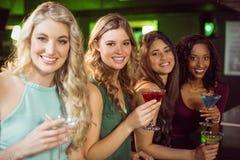 Porträt von den Freunden, die etwas trinken Stockbilder