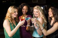 Porträt von den Freunden, die etwas trinken Lizenzfreie Stockfotos