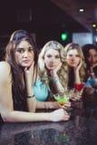 Porträt von den Freunden, die etwas trinken Lizenzfreies Stockfoto