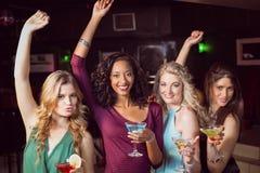 Porträt von den Freunden, die etwas trinken Lizenzfreie Stockbilder