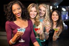 Porträt von den Freunden, die etwas trinken Stockfoto