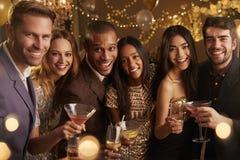 Porträt von den Freunden mit Getränken Cocktailparty genießend lizenzfreies stockfoto