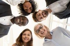 Porträt von den freundlichen multiethnischen Teamgeschäftsleuten, die schauen stockbilder