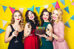 Porträt von den frohen Freunden, die Kamera auf Geburtstagsfeier rösten und betrachten Lächelnde Mädchen mit Gläsern Champagner lizenzfreies stockfoto