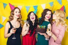 Porträt von den frohen Freunden, die Kamera auf Geburtstagsfeier rösten und betrachten Lächelnde Mädchen mit Gläsern Champagner lizenzfreie stockfotos