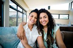 Porträt von den glücklichen lesbischen Paaren, die und das Lächeln sich umfassen lizenzfreie stockfotos