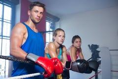 Porträt von den jungen Boxern, die Seil bereitstehen Stockbilder