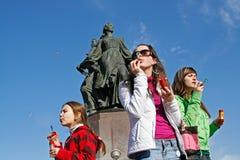 Porträt von den jungen Frauen, die Seifenblasen auf dem Hintergrund des Brunnens auf einem flashmob in Wolgograd durchbrennen Stockfoto