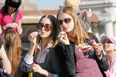 Porträt von den jungen Frauen, die Seifenblasen auf einem flashmob in Wolgograd durchbrennen Lizenzfreies Stockfoto