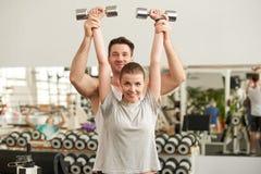 Porträt von den jungen schönen Paaren, die an der Turnhalle trainieren stockfotografie