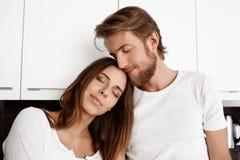 Porträt von den jungen schönen Paaren, die mit geschlossenen Augen lächeln Lizenzfreie Stockfotografie