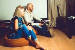 Porträt von den jungen schönen Paaren, die Spaß haben und Spiele spielen stockfotografie