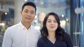Porträt von den multiethnischen Paaren, die auf Hintergrund des Einkaufszentrums stehen stock video footage