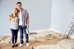 Porträt von den Paaren, die Kindertagesstätte für neues Baby verzieren stockbilder