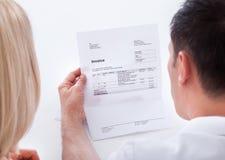 Porträt von den Paaren, die Rechnung betrachten Lizenzfreie Stockfotos