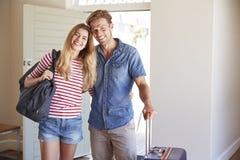 Porträt von den Paaren, die zu Sommer-Ferien-Miete kommen lizenzfreie stockbilder
